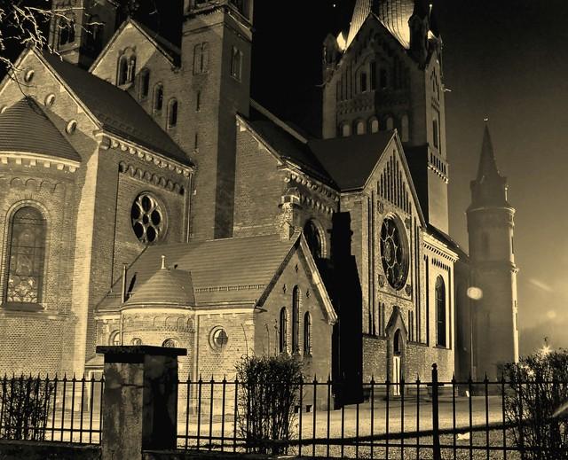obia Katedra nocą