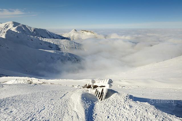 W chmurach widok z Kasprowego, w glebi Giewont JAN SIEMINSKI