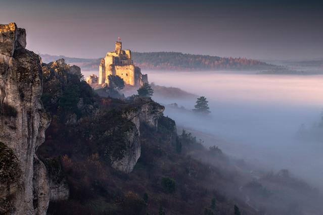 Jesień w Mirowie Wschodzące słońce oświetla ruiny zamku w