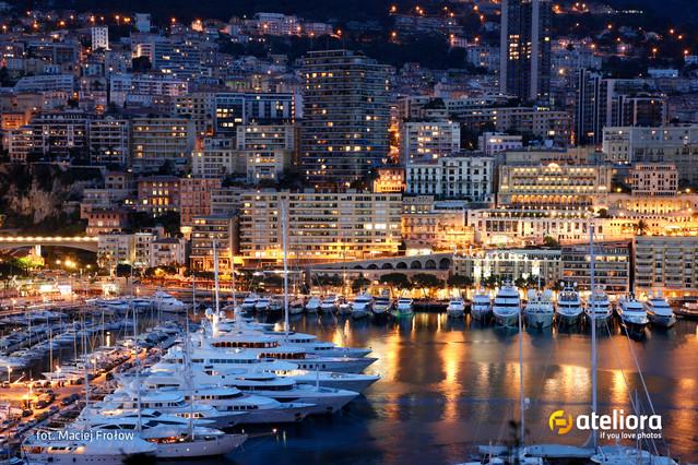 Ateliora Monako nocą