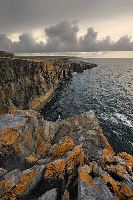 Rdzawy klif Irlandia, nad zatoką Galway okolice Burren JAN
