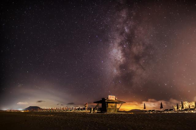 Wojciech Toman Droga Mleczna nad plażą w Corralejo