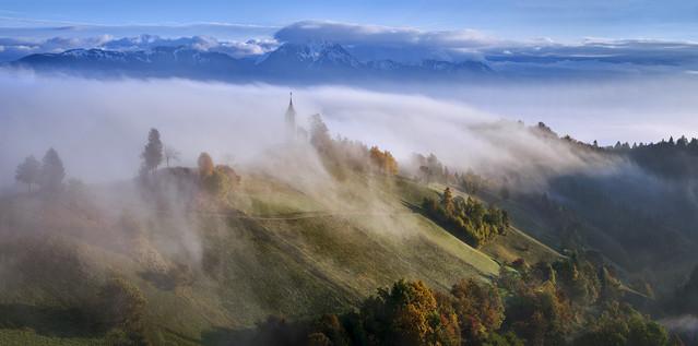 W porannych mgłach Słowenia , miejscowosc Jamnik JAN SIEMINSKI